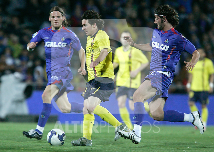 Getafe's Esteban Granero against Barcelona's Lionel Messi during La Liga match, April 18, 2009. (ALTERPHOTOS/Alvaro Hernandez).