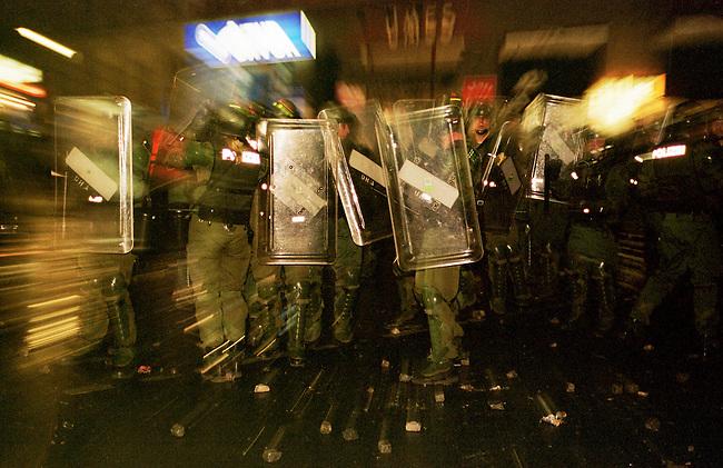 Mehr als 10.000 Menschen kamen zur sogenannten Revolutionaeren 1. Mai-Demonstration nach Berlin-Kreuzberg. Die Polizei loeste ohne ersichtlichen Grund die Demonstration mit willkuerlichen Festnahmen und Wasserwerfereinsatz auf dem Oranienplatz auf.<br /> Hier: Beamte der bayerischen Polizei in Kreuzberg.<br /> 1.5.2000, Berlin<br /> Copyright: Christian-Ditsch.de<br /> [Inhaltsveraendernde Manipulation des Fotos nur nach ausdruecklicher Genehmigung des Fotografen. Vereinbarungen ueber Abtretung von Persoenlichkeitsrechten/Model Release der abgebildeten Person/Personen liegen nicht vor. NO MODEL RELEASE! Nur fuer Redaktionelle Zwecke. Don't publish without copyright Christian-Ditsch.de, Veroeffentlichung nur mit Fotografennennung, sowie gegen Honorar, MwSt. und Beleg. Konto: I N G - D i B a, IBAN DE58500105175400192269, BIC INGDDEFFXXX, Kontakt: post@christian-ditsch.de<br /> Bei der Bearbeitung der Dateiinformationen darf die Urheberkennzeichnung in den EXIF- und  IPTC-Daten nicht entfernt werden, diese sind in digitalen Medien nach &sect;95c UrhG rechtlich gesch&uuml;tzt. Der Urhebervermerk wird gemaess &sect;13 UrhG verlangt.]