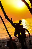 RIO DE JANEIRO 14.02.2014 - Jovens praticam slackline ao amanhecer desta sexta-feira na praia do Recreio, zona oeste da cidade, que terá mais um dia de sol e calor. (Foto: Néstor J. Beremblum / Brazil Photo Press)