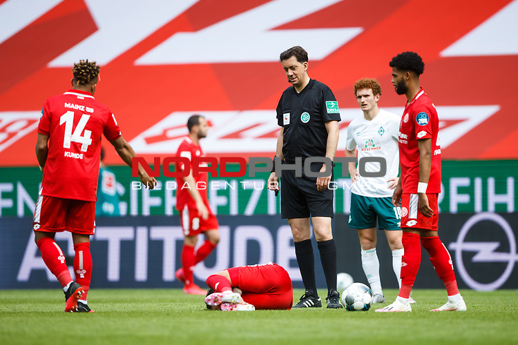 Danny Latza (FSV Mainz 05) verletzt am Boden, Schiedsrichter Manuel Graefe (Berlin) steht dabei, <br /> <br /> Sport: Fussball: 1. Bundesliga:: nphgm001:  Saison 19/20: 33. Spieltag: 1. FSV Mainz 05 vs SV Werder Bremen 20.06.2020<br /> Foto: Neis/Eibner/Pool/via gumzmedia/nordphoto<br />