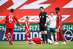 Danny Latza (FSV Mainz 05) verletzt am Boden, Schiedsrichter Manuel Graefe (Berlin) steht dabei, <br /> <br /> Sport: Fussball: 1. Bundesliga:: nphgm001:  Saison 19/20: 33. Spieltag: 1. FSV Mainz 05 vs SV Werder Bremen 20.06.2020<br /> Foto: Neis/Eibner/Pool/via gumzmedia/nordphoto<br /><br />DFB regulations prohibit any use of photographs as image sequences and/or quasi-video.<br />Editorial Use ONLY<br />National and International News Agencies OUT<br />  DFL REGULATIONS PROHIBIT ANY USE OF PHOTOGRAPHS AS IMAGE SEQUENCES AND OR QUASI VIDEO<br /> EDITORIAL USE ONLY<br /> NATIONAL AND INTERNATIONAL NEWS AGENCIES OUT