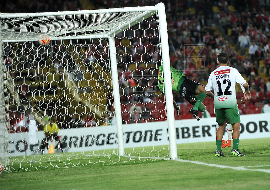 BOGOTA- COLOMBIA – 11-02-2016: Marcos Arguello, arquero de Oriente Petrolero de Bolivia, no logra atrapar el balón del segundo gol de Independiente Santa Fe durante partido de vuelta entre Independiente Santa Fe de Colombia y Oriente Petrolero de Bolivia, por la primera fase de la Copa Bridgestone Libertadores en el estadio Nemesio Camacho El Campin, de la ciudad de Bogota. / Marcos Arguello, goalkeeper of Oriente Petrolero of Bolivia, can't catch a ball of the second goal of Independiente Santa Fe during a match for the second leg between Independiente Santa Fe of Colombia and Oriente Petrolero of Bolivia for the first phase, of the Copa Bridgestone Libertadores in the Nemesio Camacho El Campin in Bogota city.VizzorImage / Luis Ramirez / Staff.
