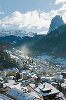 Italy, South Tyrol, Alto Adige, Dolomites, Ortisei at Val Gardena with Sassolungo mountain and Sella Group | Italien, Suedtirol, Dolomiten, St. Ulrich im Groednertal mit Langkofel und der Sellagruppe