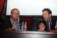 POLITIEK: HEERENVEEN: Café 't Houtsje, 23-10-2013, Jaap Stalenburg (gespreksleider), Minister Jeroen Dijsselbloem, ©foto Martin de Jong