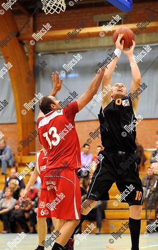 2011-10-15 / Basketbal / seizoen 2011-2012 / Ekeren - Lommel / Van Boven (Ekeren) met Sendar (13)..Foto: Mpics