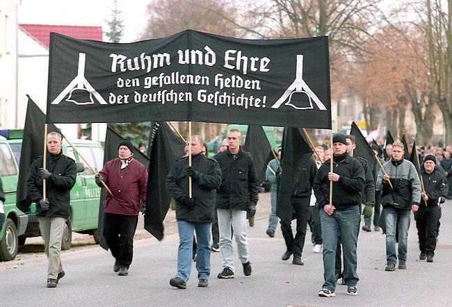 Neonazis demonstrieren anlaesslich des Volkstrauertag<br /> Mehrere 100 Rechtsextremisten und Neonazis aus ganz Deutschland demonstrierten Samstag den 15. November 2003 in der kleinen brandenburgischen Ortschaft Halbe in Brandenburg. Sie gedachten mit dieser Demonstration den 1945 in einer Kesselschlacht ums Leben gekommenen SS- und Wehrmachtssoldaten.<br /> Vom 24. April 1945 bis 1. Mai 1945 fand in der Gegend um den Brandenburgischen Ort Halbe eine der letzten grossen Schlachten der Wehrmacht gegen die Rote Armee statt.<br /> Der Wehrmachtsgeneral Theodor Busse (9. Armee) lehnte ein Kapitulationsangebot der Roten Armee ab. In den W&auml;ldern um Halbe starben innerhalb dieser einen Woche insgesammt ueber 60.000 Menschen.<br /> Auf dem Waldfriedhof Halbe wurden ueber 23.000 Kriegsopfer beerdigt. Ebenfalls auf dem Waldfriedhof begraben sind unzaehlige ermordete russische Zwangsarbeiterinnen und Zwangsarbeiter, sowie ca. 4.500 Tote aus den NKWD Lager Ketschendorf.<br /> Hier: Skinheads und Neonazis mit Transparent &quot;Ruhm und Ehre den gefallenen Helden der deutschen Geschichte!&quot;.<br /> 15.11.2003, Halbe/Brandenburg<br /> Copyright: Christian-Ditsch.de<br /> [Inhaltsveraendernde Manipulation des Fotos nur nach ausdruecklicher Genehmigung des Fotografen. Vereinbarungen ueber Abtretung von Persoenlichkeitsrechten/Model Release der abgebildeten Person/Personen liegen nicht vor. NO MODEL RELEASE! Don't publish without copyright Christian-Ditsch.de, Veroeffentlichung nur mit Fotografennennung, sowie gegen Honorar, MwSt. und Beleg. Konto: I N G - D i B a, IBAN DE58500105175400192269, BIC INGDDEFFXXX, Kontakt: post@christian-ditsch.de<br /> Urhebervermerk wird gemaess Paragraph 13 UHG verlangt.]