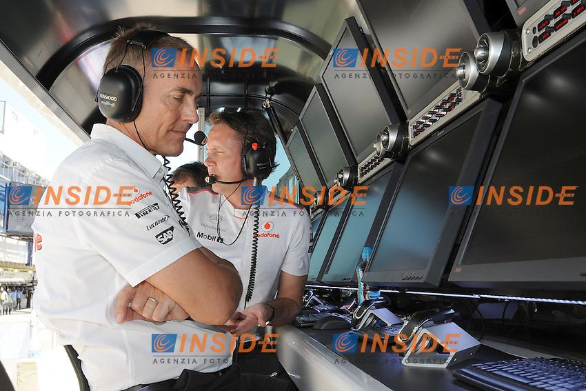 GRANDE PREMIO DO BRASIL AT INTERLAGOS NOVEMBER 23-24-25 2012..MCLAREN MERCEDES TEAM PRINCIPAL MARTIN WHITMARSH ON PITWALL NEXT TO TECHNICAL DIRECTOR SAM MICHAEL. .San Paolo del Brasile 24/11/2012 .Formula 1 GP Brasile.Foto BERNARD ASSET / PANORAMIC / Insidefoto.ITALY ONLY