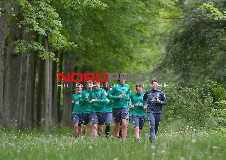 18.05.2015, B&uuml;rgerpark, Bremen, GER, 1.FBL, Training Werder Bremen, im Bild Fin Bartels (Bremen #22), Janek Sternberg (Bremen #37), Felix Kroos (Bremen #18), Assani Lukimya (Bremen #5), Jannik Vestergaard (Bremen #7), Izet Hajrovic (Bremen #14), Reinhard Schnittker (Athletiktrainer Werder Bremen)<br /> <br /> Foto &copy; nordphoto / Frisch