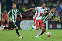 MEDELLÍN -COLOMBIA-19-04-2016. Diego Alejandro Arias (Izq) jugador de Atlético Nacional de Colombia disputa el balón con Mariano Gonzalez (Der) jugador de Huracan de Argentina durante partido por la fecha 6, G4, de la Copa Bridgestone Libertadores 2016 jugado en el estadio Atanasio Girardot de la ciudad de Medellín. / Diego Alejandro Arias (L) player of Atletico Nacional of Colombia fights for the ball with Mariano Gonzalez (R) player of Huracan of Argentina during a match for the date 6, G4, of the Copa Bridgestone Libertadores 2016 played at Atanasio Girardot stadium in Medellin city. Photo: VizzorImage/ León Monsalve /Str