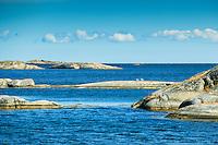 Låga skär i blått hav vid Norrpada i Stockholms ytterskärgård Östersjön