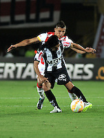 BOGOTA- COLOMBIA – 18-03-2015: Francisco Meza (Izq.) jugador del Independiente Santa Fe de Colombia, disputa el balon con Sherman Cardenas (Der.) jugador de Atletico Mineiro de Brasil, durante partido entre Independiente Santa Fe de Colombia y Atletico Mineiro de Brasil, por la segunda fase, grupo 1, de la Copa Bridgestone Libertadores en el estadio Nemesio Camacho El Campin, de la ciudad de Bogota. / Francisco Meza (L) player of Independiente Santa Fe of Colombia, figths for the ball with Sherman Cardenas (R) jugador of Atletico Mineiro of Brasil during a match between Independiente Santa Fe of Colombia and Atletico Mineiro of Brasil for the second phase, group 1, of the Copa Bridgestone Libertadores in the Nemesio Camacho El Campin in Bogota city. Photo: VizzorImage / Luis Ramirez / Staff.