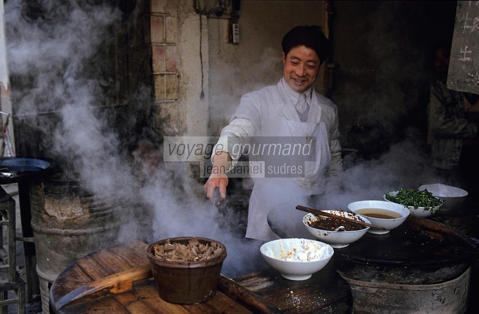 Asie/Chine/Jiangsu/Nankin/Quartier du temple de Confucius: Homme préparant un plat pour un restaurant de rue<br /> PHOTO D'ARCHIVES // ARCHIVAL IMAGES<br /> CHINE 1990