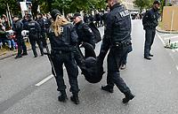 GERMANY, Hamburg city, road blocking for the climate and police actions after Fridays for future rally / DEUTSCHLAND, Hamburg, Sitzblockaden und Polizeieinsatz nach Demo der Fridays-for future Bewegung Alle fürs Klima 20.9.2019