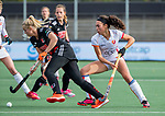 AMSTELVEEN - Ilse Kappelle (Adam) met Thirsa Kho (OR)   tijdens de hoofdklasse hockeywedstrijd dames,  Amsterdam-Oranje Rood (2-2) .   COPYRIGHT KOEN SUYK