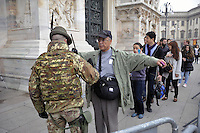 - Milano 19.11.2015 - L 'esercito in servizio di sicurezza antiterrorismo intorno alla Cattedrale il Duomo<br />