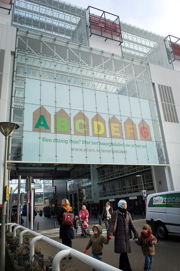 Nederland, Den Haag, 18 dec 2007..Ministerie van VROM met energiewijzer. De energiewijzer was al bekend voor ijskasten en auto's enzo, maar huizen die te koop staan moeten het nu ook hebben, zodat je kan zien of een huis zuinig verwarmd kan worden. . ..Foto(c): Michiel Wijnbergh
