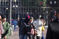 SÃO PAULO, SP, 11.06.2016 - CLIMA-SP- Pedestres se protege do friono Viaduto do Chá, no centro de São Paulo (SP) nesta manhã de sábado (11). (Foto: Adailton Damasceno/Brazil Photo Press)