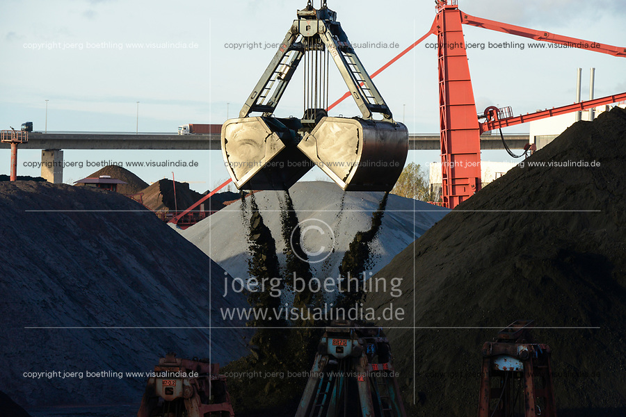 Germany, Hamburg, Hansaport import of coal and ore, unloading of hard coal with large excavator shovel  / DEUTSCHLAND, Hamburg, Hansaport, Import von Kohle und Erz, Lagerung und Weitertransport zu Kraftwerken und Stahlwerken