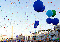 Palloncini salgono verso il cielo durante l'incontro del Papa con le famiglie in Piazza San Pietro, Citta' del Vaticano, 26 ottobre 2013.<br /> Baloons are let fly by faithful during a meeting attended by the Pope with families in St. Peter's Square at the Vatican, 26 October 2013.<br /> UPDATE IMAGES PRESS/Riccardo De Luca<br /> <br /> STRICTLY ONLY FOR EDITORIAL USE