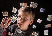 Ragazzo con francobolli, raccolta di francobolli.Boy collecting stamps
