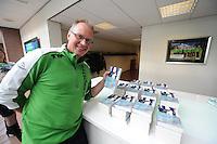 SCHAATSEN: HOOGEVEEN: Hoofdkantoor TVM verzekeringen, 18-10-2013, TVM perspresentatie, Geert Kuiper met zijn boek 'Linksom', ©foto Martin de Jong