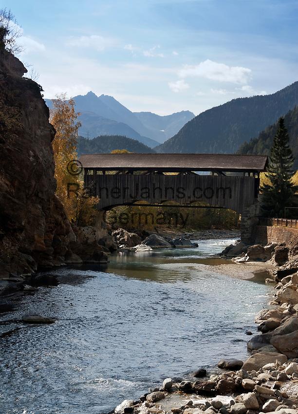 Schweiz, Graubuenden, Unterengadin, Susch am Fluss En (Inn), ueberdachte Holzbruecke   Switzerland, Graubuenden, Lower Engadin, Susch at river En (Inn), wooden bridge