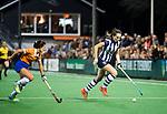 BLOEMENDAAL  - Hockey -  finale KNHB Gold Cup dames, Bloemendaal-HDM . Bloemendaal wint na shoot outs. .Fay van der Elst (HDM) met Pili Romang (Bldaal) .  COPYRIGHT KOEN SUYK