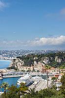 France, Provence-Alpes-Côte d'Azur, Nice: cruise ship at Port de Nice (Bassin du Commerce), airplane approaching Nice airport | Frankreich, Provence-Alpes-Côte d'Azur, Nizza: Kreuzfahrtschiff im Hafen Port de Nice (Bassin du Commerce), Flugzeug im Landeanflug auf Flughafen Nizza