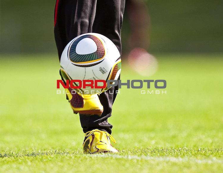 21.05.2010, Dolomitenstadion, Lienz, AUT, WM Vorbereitung, Kamerun Training im Bild Feature offizieller Weltmeisterschafts Ball Jubilani, mit Puma Schuhe, Schuss von vorne,  Foto: nph /  J. Feichter *** Local Caption *** Fotos sind ohne vorherigen schriftliche Zustimmung ausschliesslich f&uuml;r redaktionelle Publikationszwecke zu verwenden.<br /> <br /> Auf Anfrage in hoeherer Qualitaet/Aufloesung
