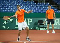 18-9-06,Leiden, Tennis, training Daviscup, Captain Tjerk Bogtstra overlooking his new teammember Robin Haase durin training