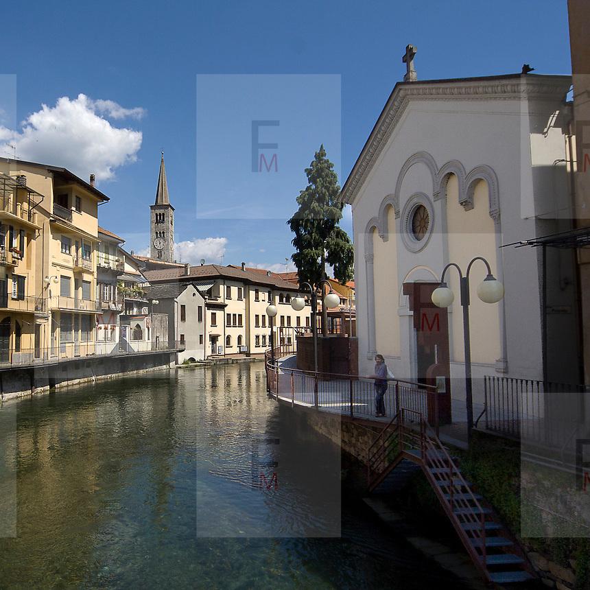 Canale Nigoglia nel centro del paese di Omegna. Sullo sfondo il campanile della chiesa di Sant'Ambrogio..Nigoglia chanel in down town of Omegna. Bell tower of Sant'Ambrogio church seen in background