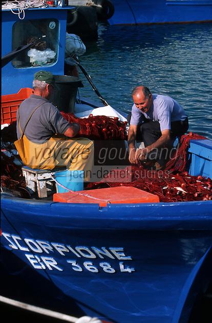 Italie/La Pouille/Savelletri Di Fasano: Sur le port les pécheurs trient les filets