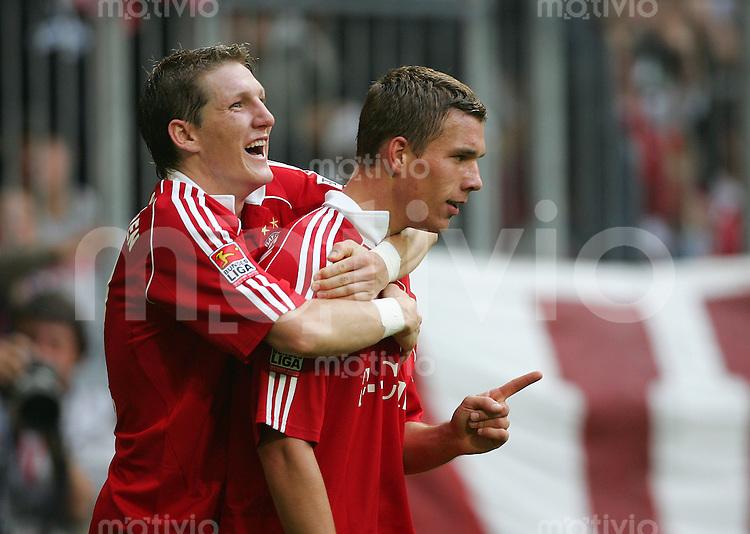 Fussball Bundesliga FC Bayern Muenchen - Hertha BSC Berlin Lukas PODOLSKI (r) jubelt nach dem 4:2 mit Bastian SCHWEINSTEIGER (beide FCB).