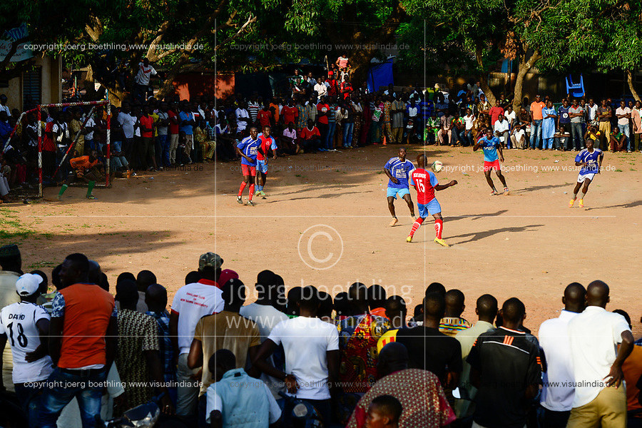 BURKINA FASO, Bobo Dioulasso, young people watch a soccer match / Jugendliche beim Fussballspiel