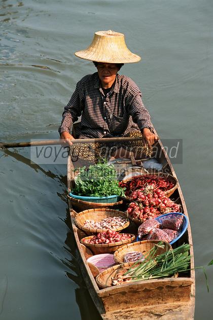 Thailande/Env de Bangkok: Le marché Flottant de Tha Kha Détail de l'étal de fruits et légumes d'une marchande sur son bateau