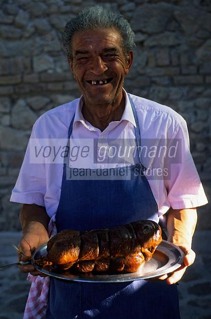 """Europe/Italie/Calabre/Filandari : Giuseppe de l'auberge """"Frammiche"""" tient un """"N'dugia"""" saucisson de porc très riche en piments"""