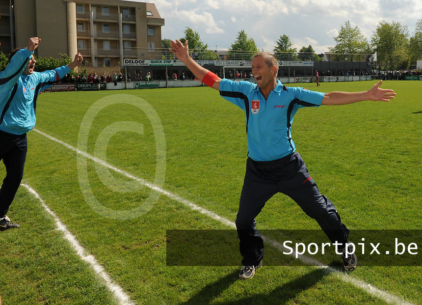 SCOR Oostrozebeke - SVV Damme..trainer Jan Lambrecht uitzinnig van vreugde na de 1-2 winst van zijn team Damme..foto VDB / BART VANDENBROUCKE