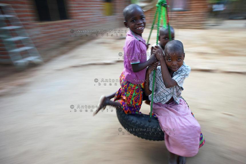 Bangula,Malawi, Novembre 2005. Tre bambine giocano nell'orfanotrofio Tiyamike Mulungu Center a Bangula, sud Malawi.<br /> Malawian girls playing at the orphanage in Bangula