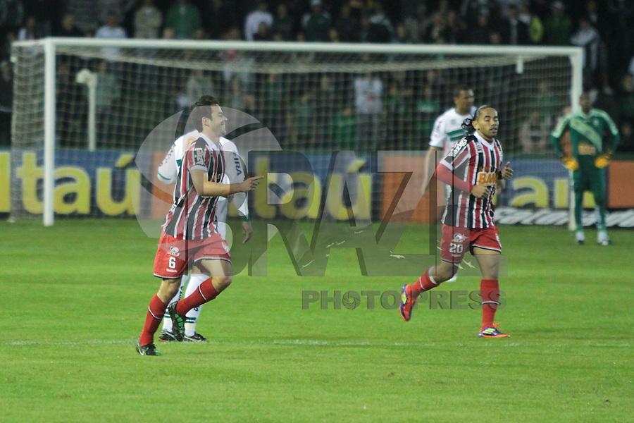 CURITIBA, PR, 27 DE JULHO 2011 &ndash; CORITIBA X S&Atilde;O PAULO &ndash; Juan (e), do S&atilde;o Paulo, comemora o segundo gol tricolor contra o Coritiba, em partida v&aacute;lida pela 12&ordf; rodada do Campeonato Brasileiro. O jogo aconteceu na noite de quarta-feira (27), no Est&aacute;dio Couto Pereira.<br /> (FOTO: ROBERTO DZIURA JR./ NEWS FREE)