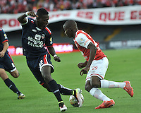 BOGOTA - COLOMBIA - 14-05-2016: Dairon Mosquera (Der.) jugador de Independiente Santa Fe disputa el balón con Anderson Arroyo (Izq.) jugador de Fortaleza FC, durante partido por la fecha 18 entre Independiente Santa Fe y Fortaleza FC, de la Liga Aguila I-2016, en el estadio Nemesio Camacho El Campin de la ciudad de Bogota.  / Dairon Mosquera (R) player of Independiente Santa Fe struggles for the ball with Anderson Arroyo (L) player of Fortaleza FC, during a match of the date 18 between Independiente Santa Fe and Fortaleza FC, for the Liga Aguila I -2016 at the Nemesio Camacho El Campin Stadium in Bogota city, Photo: VizzorImage / Luis Ramirez / Staff.