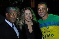 SÃO PAULO, 30 DE JUNHO DE 2012 – COMEMORAÇÃO 10 ANOS DO PENTA: Jair Marinho (e), Daniela Marcury (c) e Cafú (d) durante jantar promovido pelo ex jogador Cafú para celebrar os 10 anos da conquista do Penta Campeonato de 2002 e os 50 anos da conquista da Copa do Mundo de 1962. O encontro aconteceu na casa do jogador em Alphaville na noite deste sábado (30) FOTO: LEVI BIANCO – BRAZIL PHOTO PRESS.
