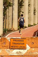 SÃO PAULO,SP,28,08,2014 - CENA DO DIA - Corredor é visto pela ciclovia na Av. Luiz Ignacio de Anhaia Melo na manhã de hoje (28) a via que ainda não foi liberada fica em baixo do monotrilho da linha prata 15 no trecho entra a estação Vila Prudente e Oratório.(Foto Ale Vianna/Brazil Photo Press).