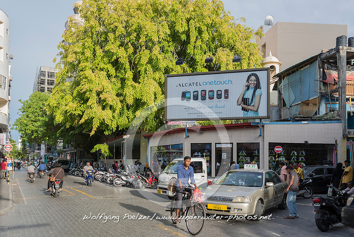 Male, Verkehr mit Auto, Fahrrad und Fussgaenger in Male, Hauptstadt der Malediven,  Male, trafic with car, bicycle and pedestrian, capital city of Maldives