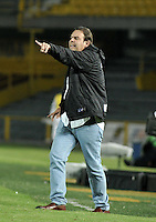 BOGOTÁ -COLOMBIA, 15-01-2015. Fernando Velasco, técnico Union Magdalena da instrucciones  alos jugadores durante partido entre Union Magdalena y Cortulua, por la fecha 3 de los Cuadrangulares de Ascenso Liga Aguila 2015 jugado en el Estadio Nemesio Camacho El Campin de la ciudad de Bogotá.  / Fernando Velasco, coach of Union Magdalena gives instructions to the payers during a match between Union Magdalena and Cortulua for the date 3 of the Promotional Quadrangular Liga Aguila 2015 played at Nemesio Camacho El Campin Stadium in Bogotá city. Photo: VizzorImage/ Luis Ramirez / Staff