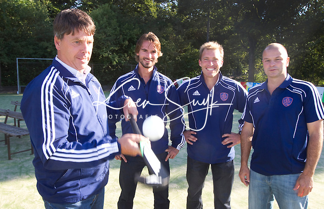 BREDA - HOCKEY bondscoach bij de dames, Herman Kruis (l) houdt de bal hoog voor zijn assistenten Taco van den Honert (R), Jeroen Delmee (2e van Rechts) en Alexander Cox.   ANP COPYRIGHT KOEN SUYK