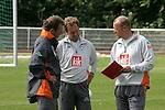 NORDERNEY Trainer Thomas Schaaf bleibt Norderney treu. Nachdem er bereits elfmal mit Fuflball-Bundesligist Werder Bremen ins Trainingslager auf die Nordseeinsel gefahren ist, um sein Team auf eine Saison vorzubereiten, will er die Sportpl&permil;tze und die dort gebotene Betreuung auch f&cedil;r seinen neuen Verein, Eintracht Frankfurt, nutzen. Das Trainingslager ist f&cedil;r die Zeit vom 6. bis 12. Juli geplant.<br /> Archiv aus: BL 2005/2006 - <br /> <br /> Trainingslager Werder Bremen Norderneys 2005 <br /> <br /> Trainer Gespann v.li. Wolfgang Rolff, Matthias Hoenerbach und Thomas Schaaf<br /> <br /> Foto &copy; nordphoto <br /> <br /> <br /> <br />  *** Local Caption *** Foto ist honorarpflichtig! zzgl. gesetzl. MwSt.<br /> <br /> Ver&circ;ffentlichung gem. AGB - Stand 08.2002