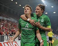 FUSSBALL   1. BUNDESLIGA  SAISON 2011/2012   11. Spieltag   29.10.2011 1.FSV Mainz 05 - SV Werder Bremen JUBEL Werder Bremen;  Torschuetze zum 1-3 Sebastian Proedl (li) umarmt von Clemens Fritz