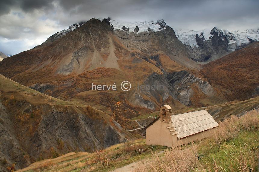 France, Hautes-Alpes (05), La Grave, hameau des Hyères, la chapelle et la Meije en arrière plan dont le sommet est dans les nuages // France, Hautes Alpes, La Grave, hamlet of Hyeres, the chapel and the Meije behind the summit of which is in clouds