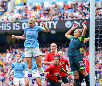 20190907 – MANCHESTER, ENGLAND:  Gemma Bonner is pictured heading the ball and the goal keeper Ellie Roebuck (26) jumping into the air, during the match between Manchester City Women and Manchester United Women, first game for both of the teams in the the Barclays FA Women's Super League , Saturday  7th September 2019 at the Ethiad Stadium, Manchester. PHOTO SPORTPIX.BE | Sevil Oktem