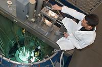 - LENA (Laboratorio Energia Nucleare Applicata dell'università di Pavia), reattore nucleare di ricerca TRIGA Mark II,  inserimento di campioni di materiale da irradiare nel reattore....- LENA (Applied Nuclear Energy Laboratory of Pavia university ), nuclear reactor for search TRIGA Mark II, insertion of champions of material to irradiate in the reactor